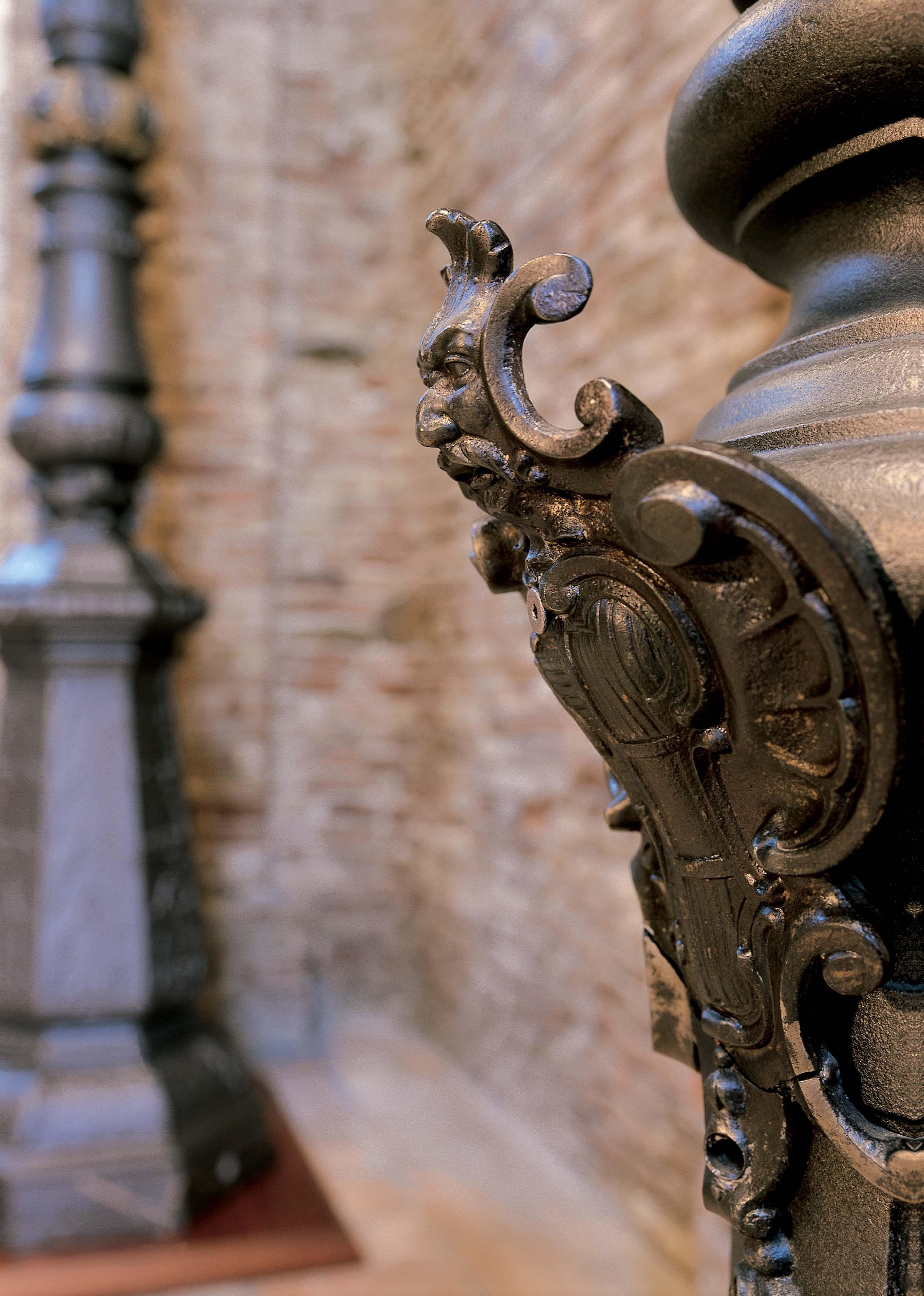 Lampione di Arco, dettaglio dello stemma di base