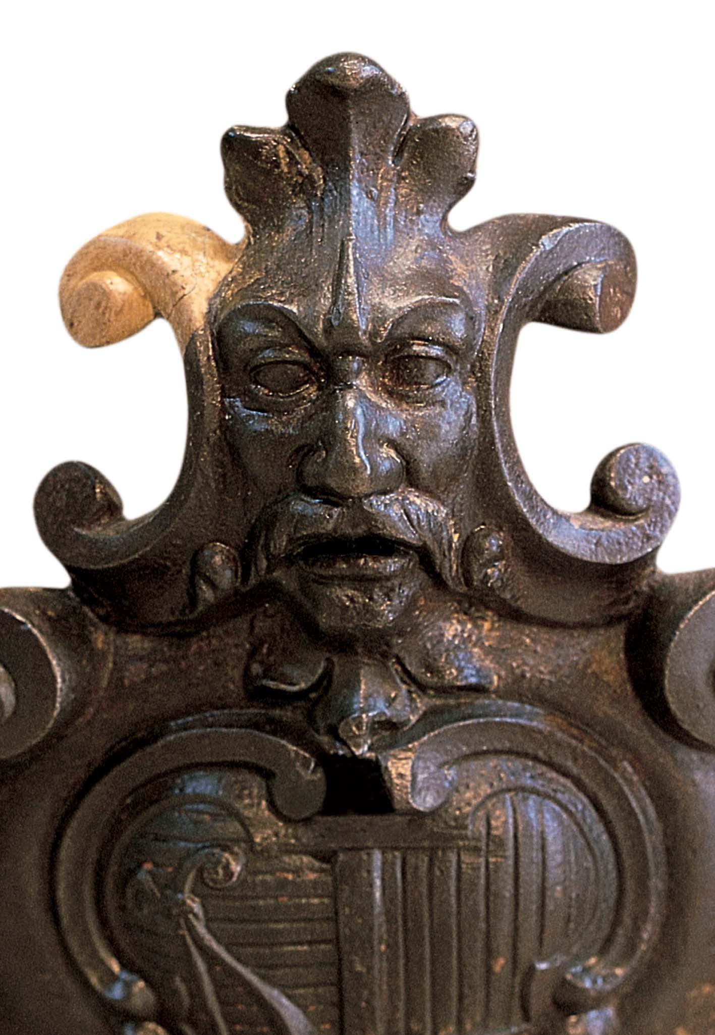Lampione di Arco, dettaglio dello stemma