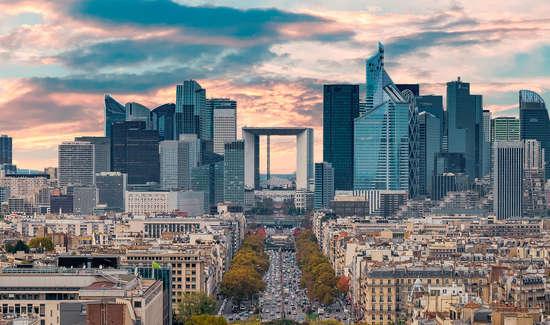 Skyline di Parigi con l'Arche  de la Defense al centro