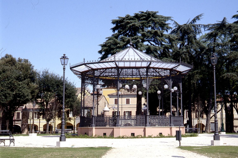 Due dei quattro lampioni storici cesenati all'interno del Giardino Pubblico