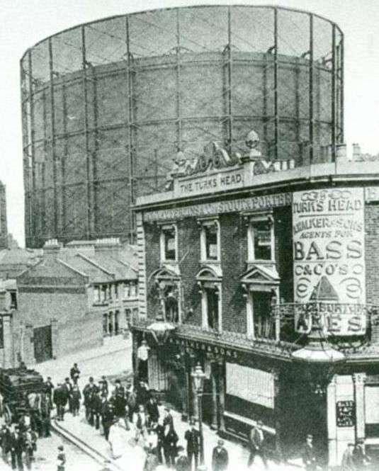 Il gasometro di Odl Kent Road in una cartolina storica