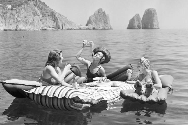 Capri, il pic nic in mare davanti ai faraglioni, 1947