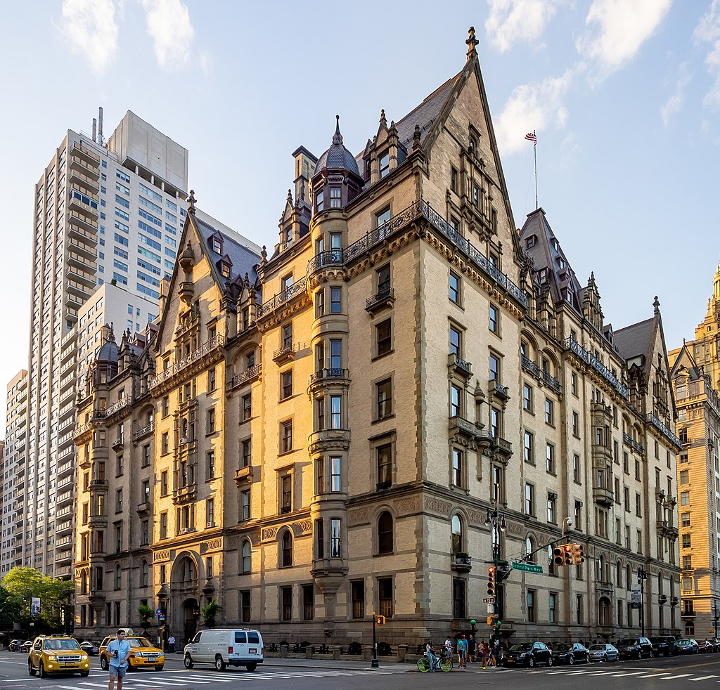 Dakota Building, New York, Ajay Suresh from New York, NY, USA - The Dakota, CC BY 2.0, https://commons.wikimedia.org/w/index.php?curid=80475406