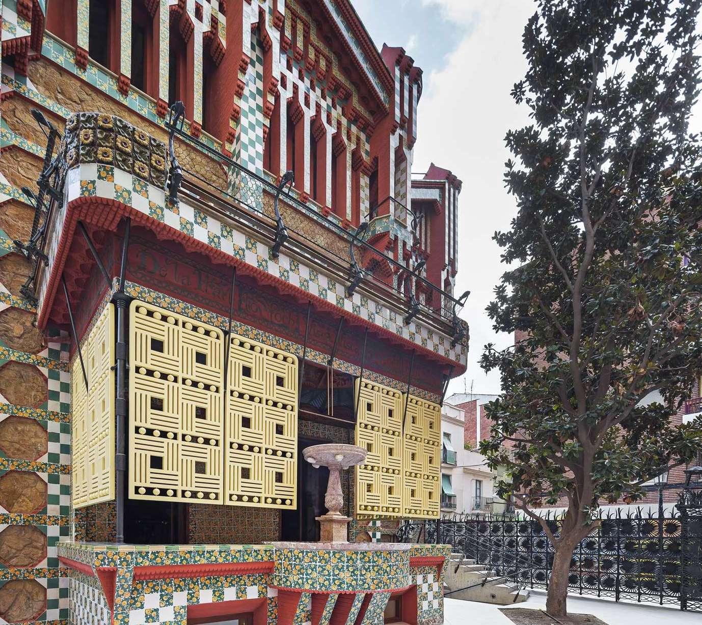 Il tagete giallo (garofano indiano) riprodotto sulle ceramiche e i ferri battuti della facciata esterna