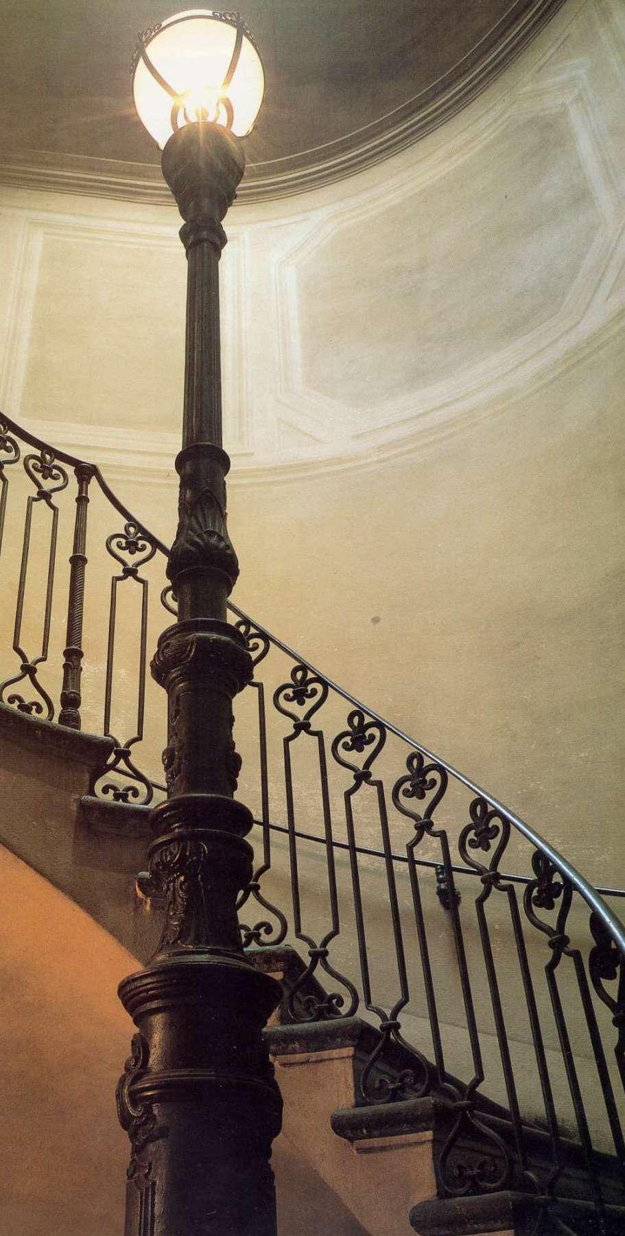 Bologna, interno di Casa Carducci, lampione fuso dalla Calzoni nel 1870 ca.