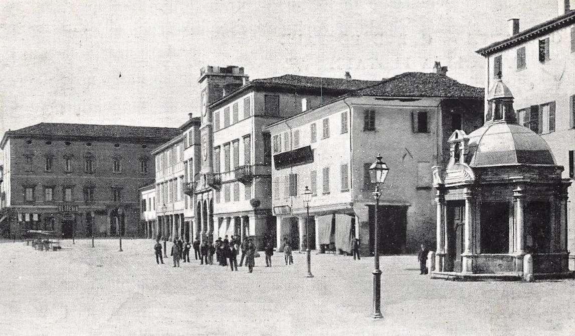 Rimini, piazza Giulio Cesare, oggi Tre Martiri, illuminata mediante pali in ghisa, fine 1800