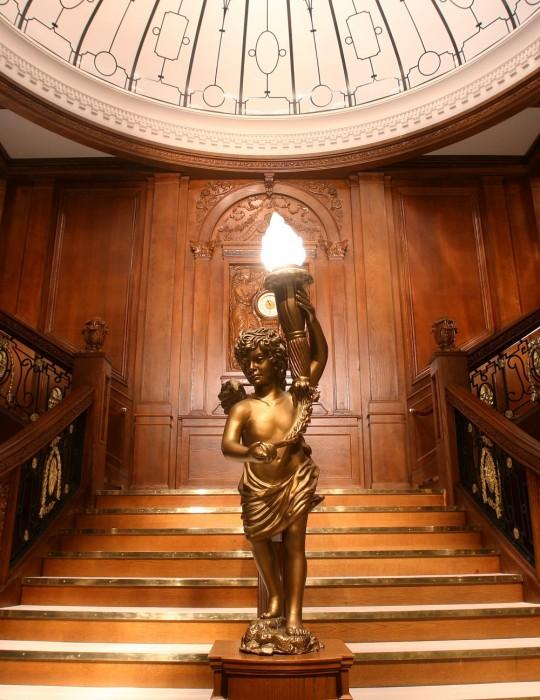 Dettaglio della grande scala interna del Titanic ricostruita in occasione della mostra in corso a Torino