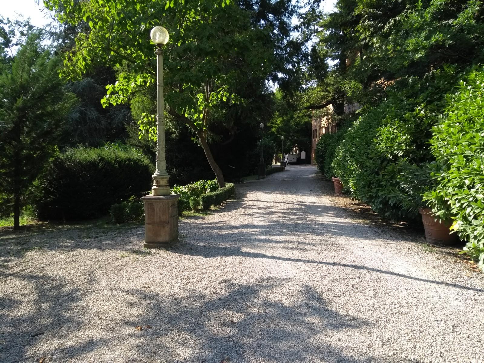 Palo ottocentesco in ghisa fuso dalla Balleydier Freres, Parco di Fontanafredda (CN)
