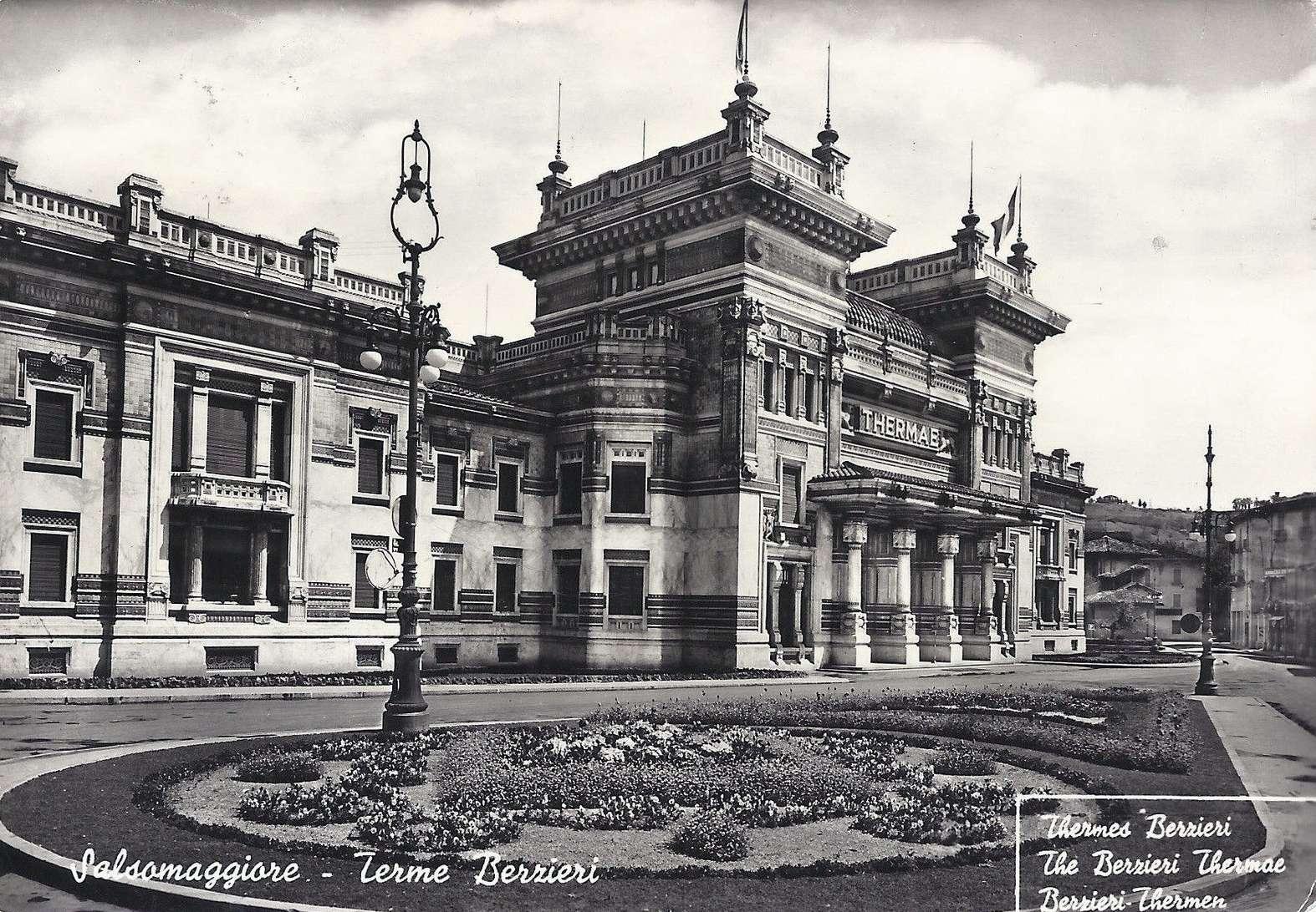 L'edificio liberty che ospita le Terme Berzieri con in primo piano uno dei candelabri monumentali di inizio '900, foto 1970