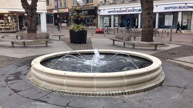 Nothampton, la vasca in pietra di Market Square. Il manufatto ha sostituito la monumentale fontana  demolita nel 1962