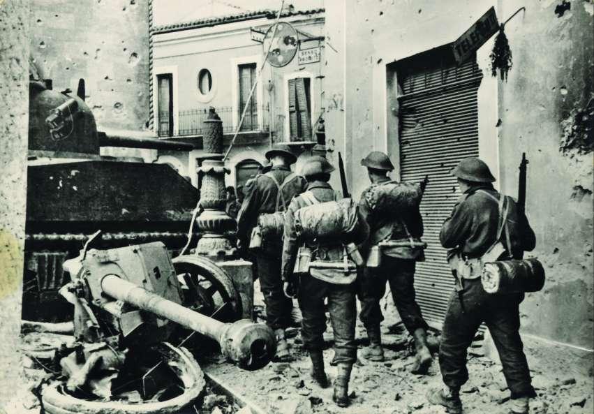 Dicembre 1944, i soldati canadesi entrano ad Ortona. Al centro si riconosce parte del candelabro storico