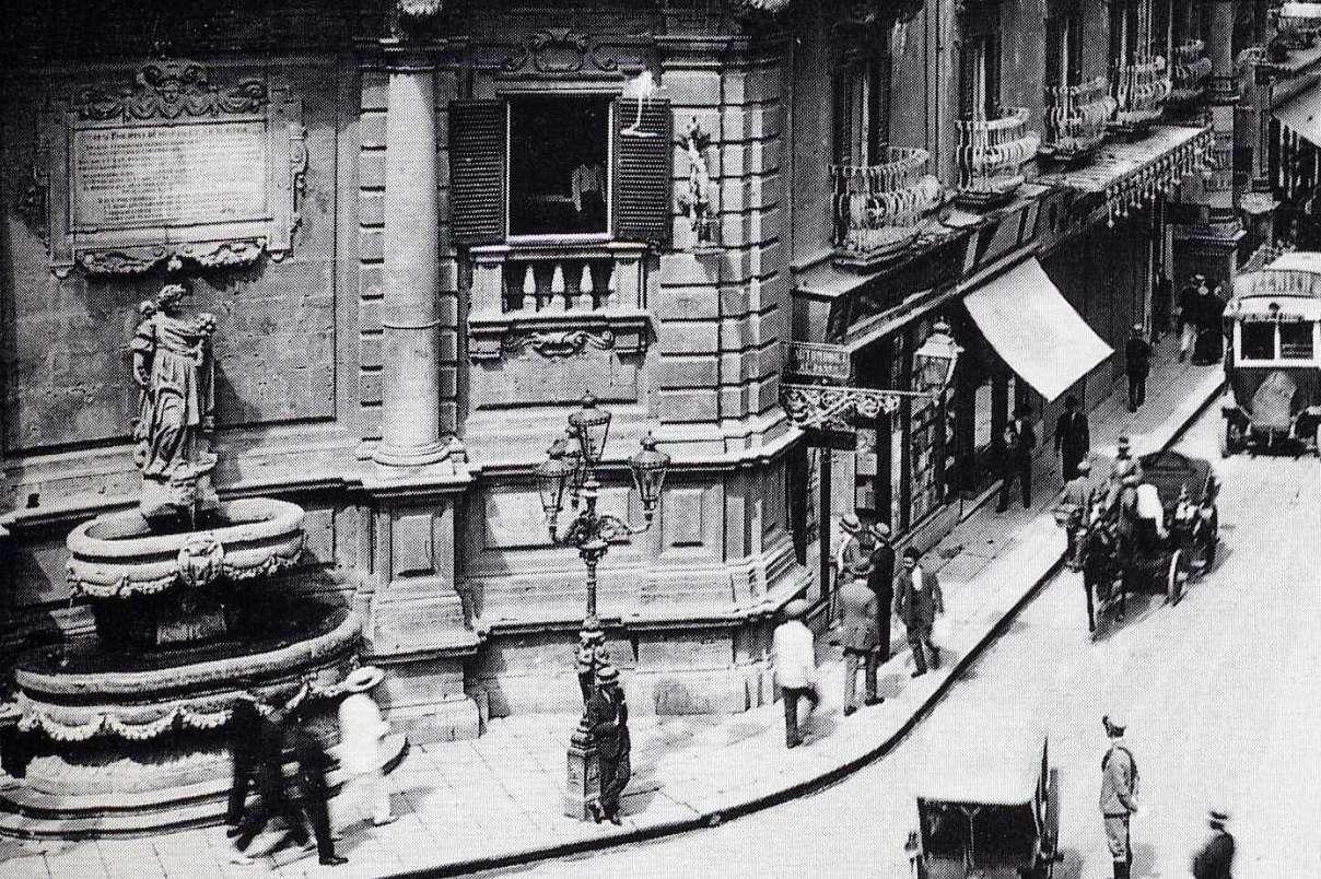 Palermo, piazza Villena, candelabro artistico per illuminazione pubblica fuso dalla Fonderia Oretea di proprietà dei Florio, 1900 ca.