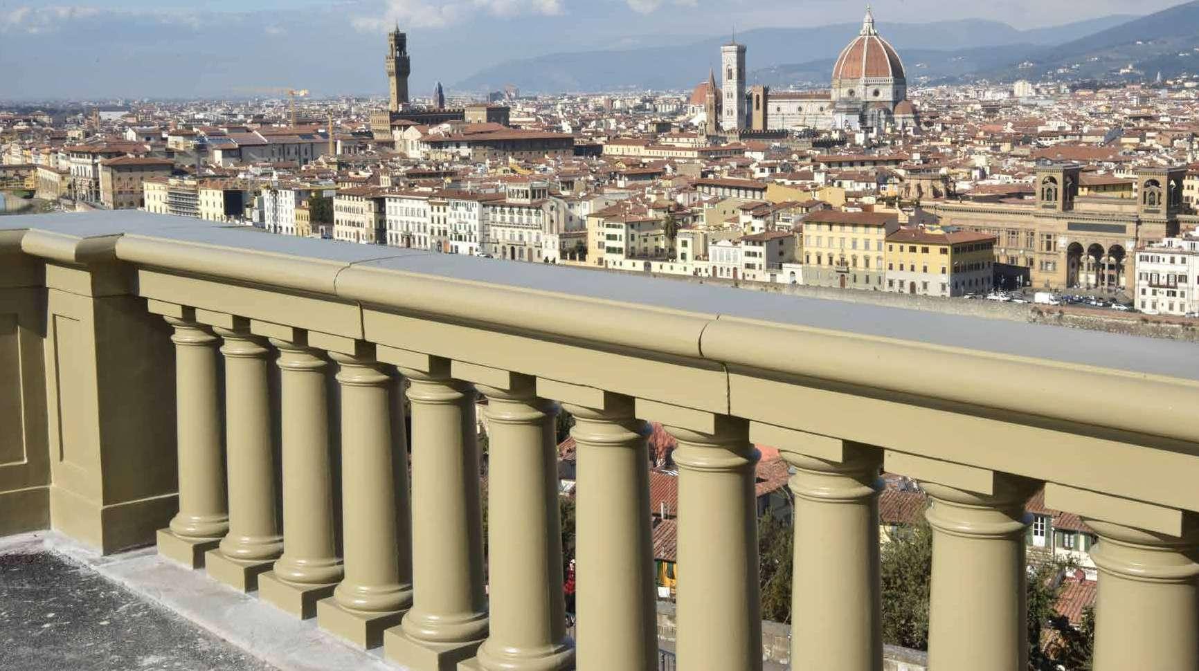 La balaustra metallica di Piazzale Michelangelo a Firenze tornata al suo antico splendore dopo il restauro compiuto da Neri Spa