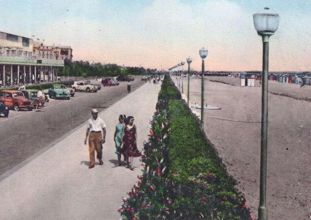 Pali in acciaio sul lungomare di Rimini, anni Sessanta