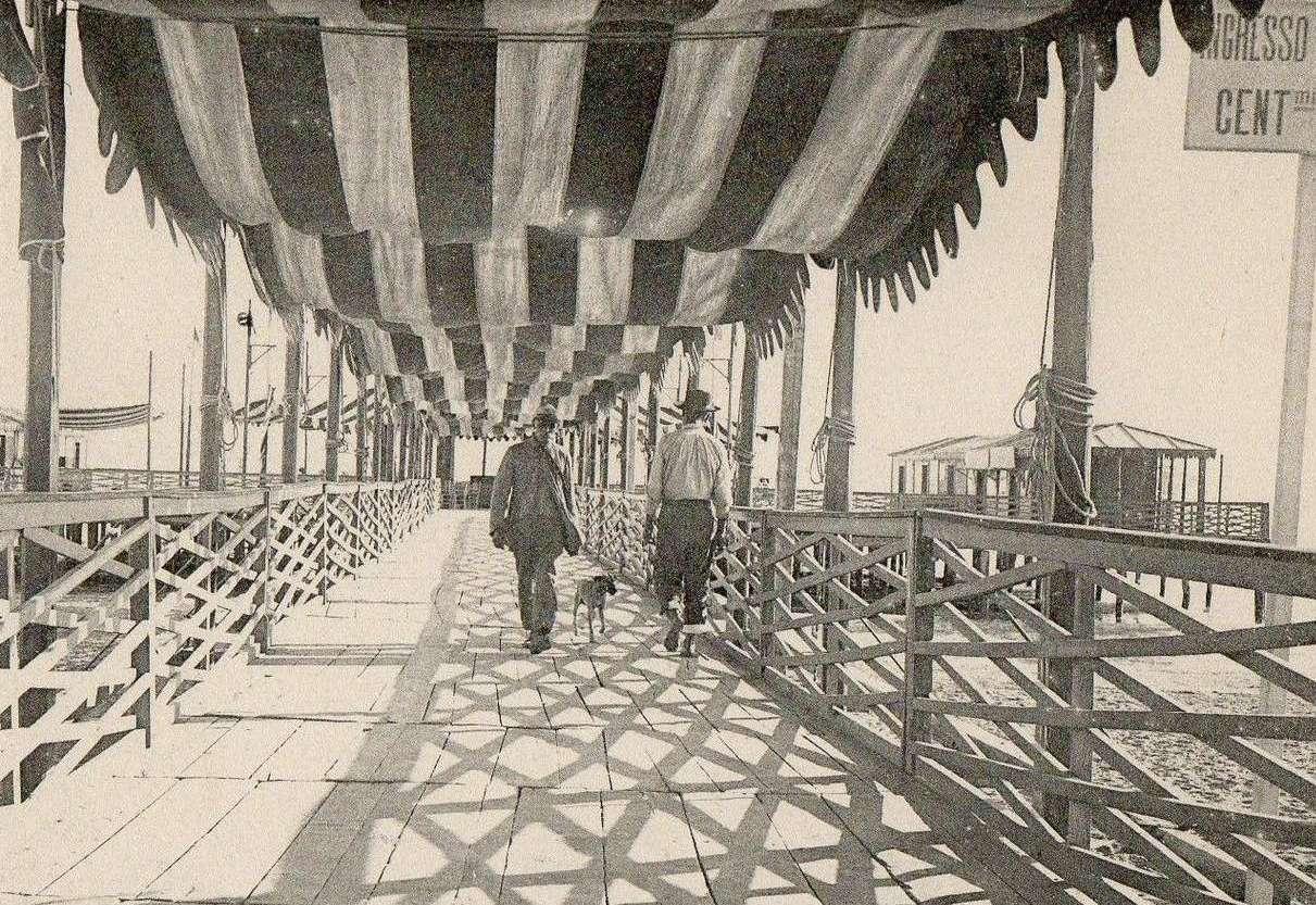 La passerella in legno che conduceva alla piattaforma