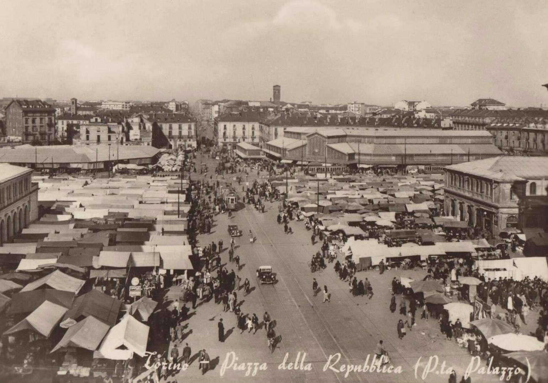 Torino, Porta Palazzo con il mercato, cartolina storica
