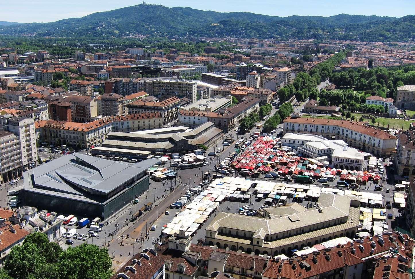 Torino, veduta dell'area di Porta Palazzo. A sinistra l'edificio in vetro e metallo che ospita il Mercato Centrale