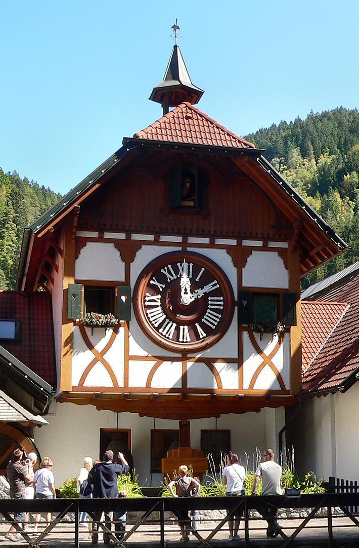 Un grande orologio a cucù sulla facciata di un edificio di Triberg, foto by JuergenG - Own work, CC BY-SA 3.0, https://commons.wikimedia.org/w/index.php?curid=7786624