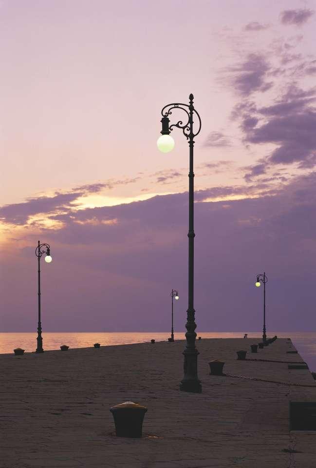Trieste, i lampioni a pastorale recuperati del molo Audace
