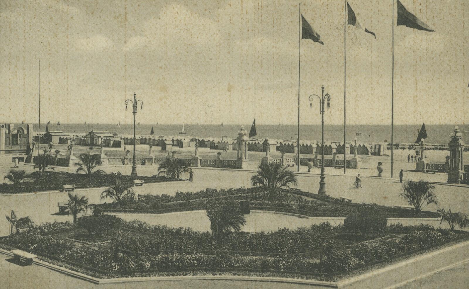 Cesenatico, veduta della spiaggia dal piazzale con la scenografica balaustra in pietra, anni '40