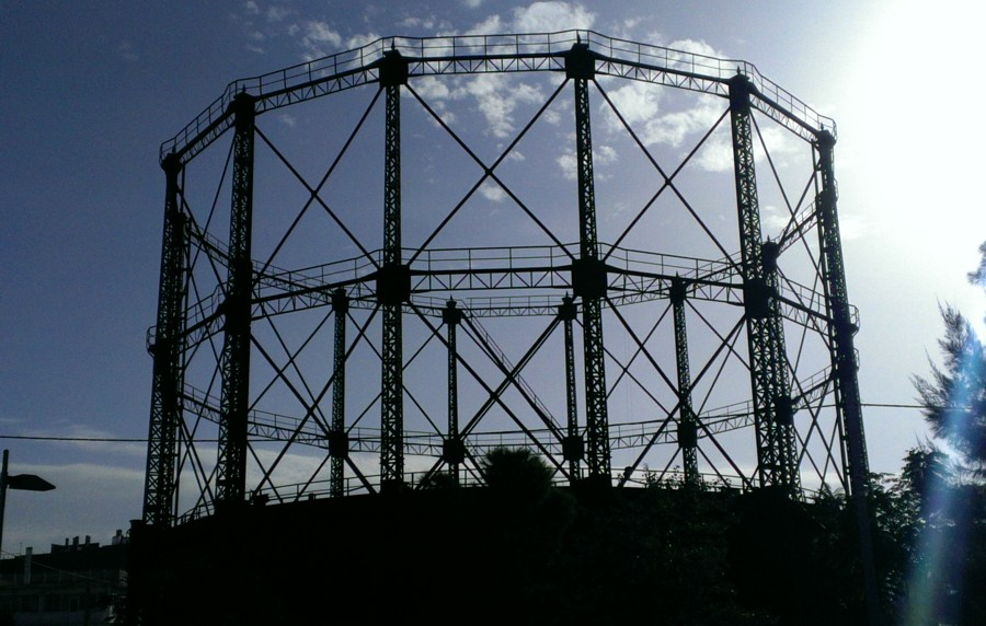 L'ex gasometro di Atene, by Dimorsitanos - Own work, CC BY-SA 4.0, https://commons.wikimedia.org/w/index.php?curid=37202399