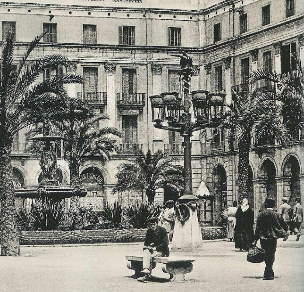 Placa Reial con il lampione di Gaudì in primo piano e la fontana monumentale sullo sfondo, foto storica
