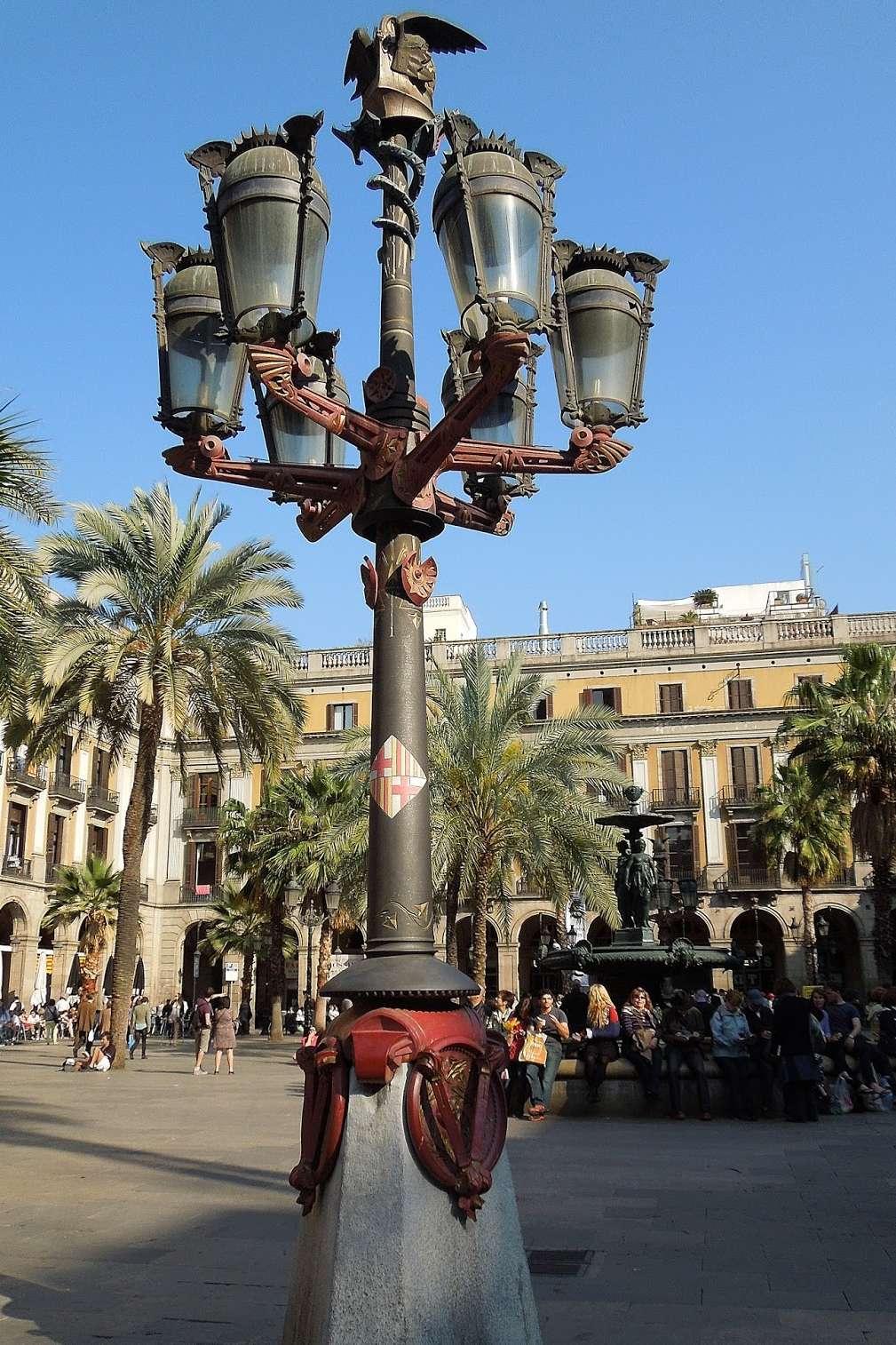 Pietra e ghisa, un accostamento moderno per il lampione di Gaudì