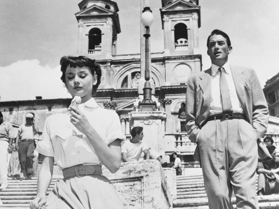 Audrey Hepburn e Gregory Peck in una scena del film Vacanze Romane del 1953: sullo sfondo uno dei lampioni ottocenteschi sulla scalinata di Trinità dei Monti (Roma)
