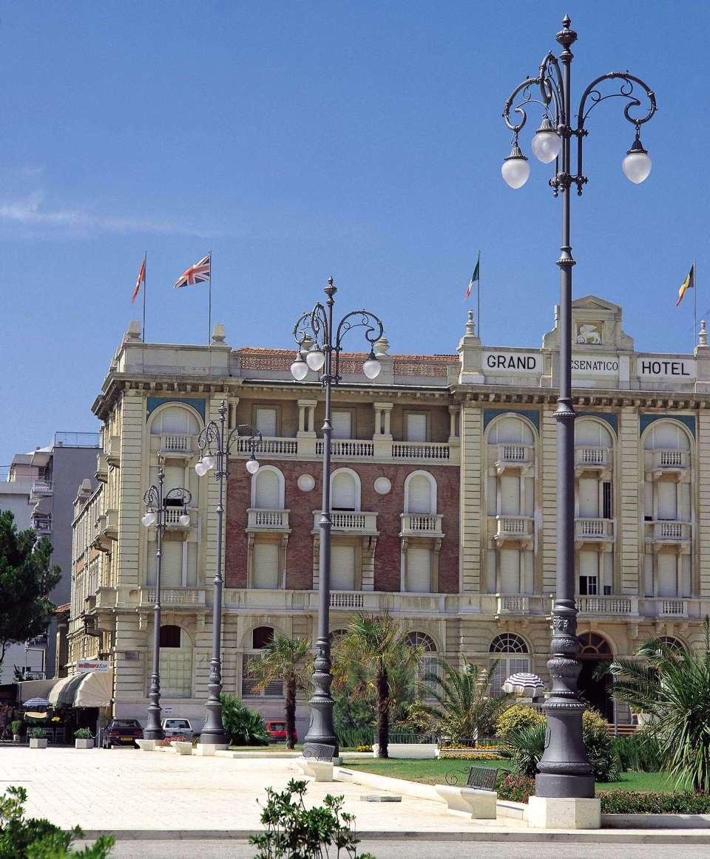 Cesenatico, i pali ricollocati nel piazzale dopo l'intervento di restauro a opera di Ner Spa