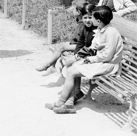 Ancona, bambini seduti su una delle panchine di piazza Cavour, 1929
