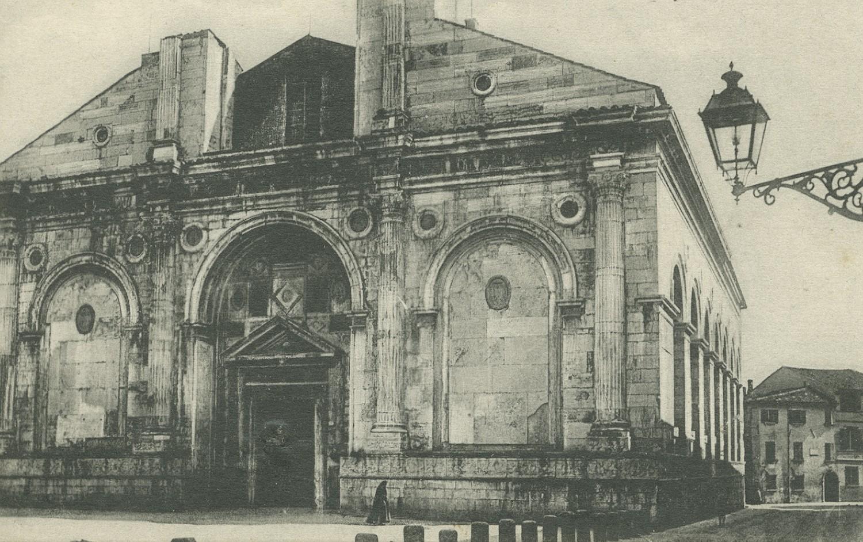 Rimini, mensola in ghisa a sostegno di un fanale a gas nell'area del Tempio Malatestiano. L'illuminazione a gas è successiva a quella ad olio inaugurata nel 1802 e risale alla seconda metà del XIX secolo.
