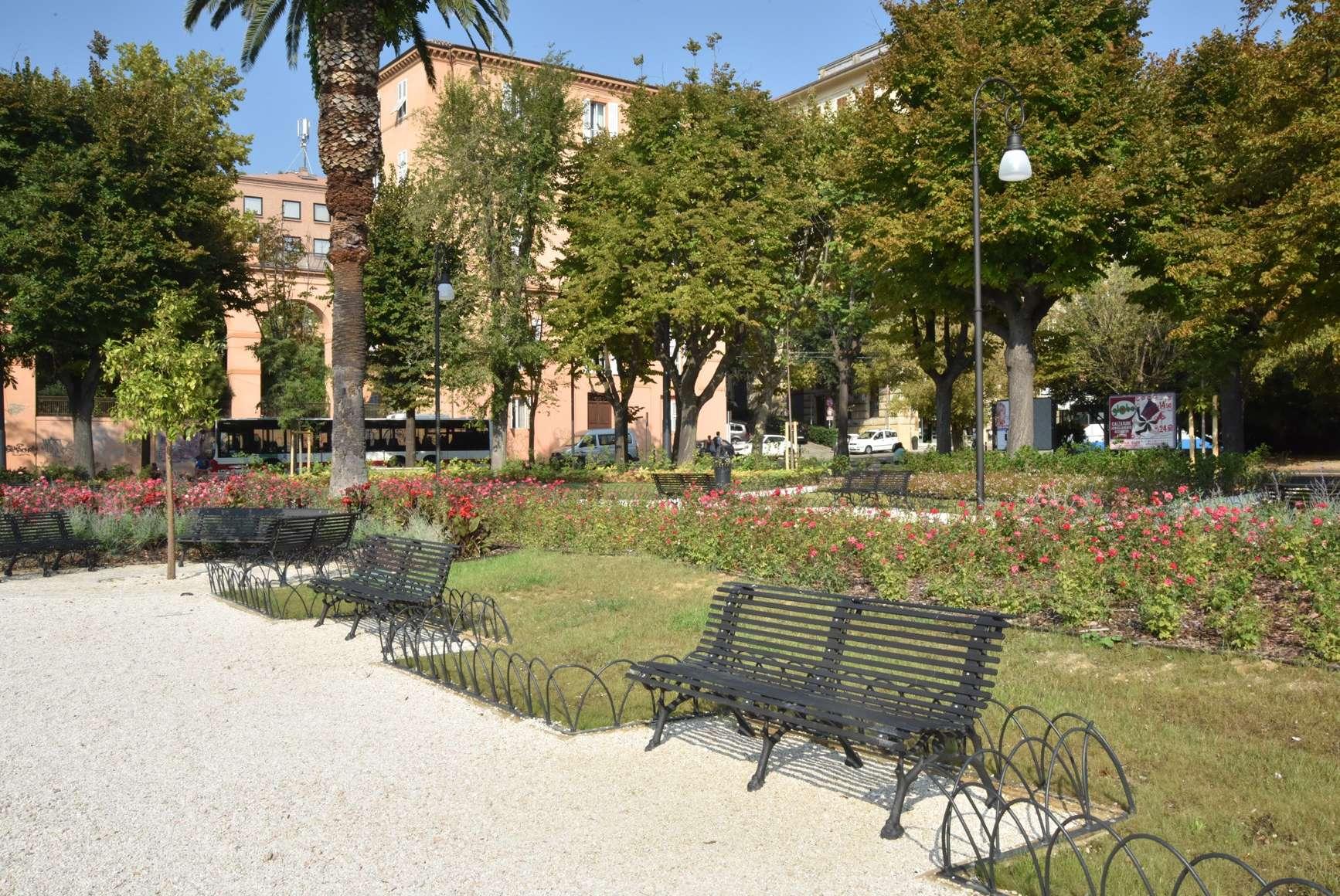 Le panchine di piazza Cavour ad Ancona restaurate da Neri Spa