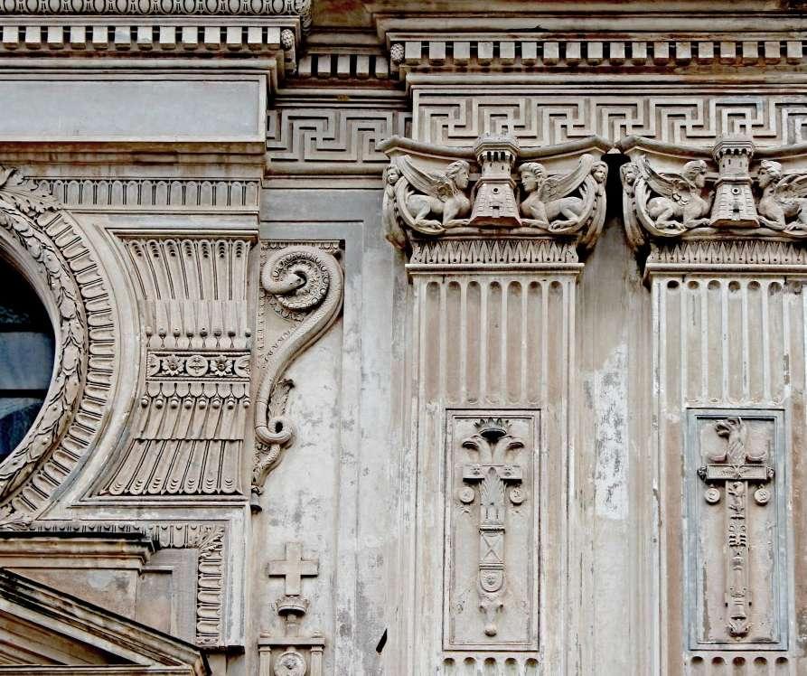 Roma, Santa Maria del Priorato, dettagli decorativi della facciata